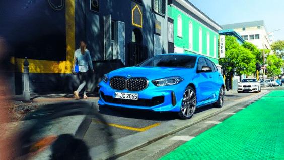 blauer BMW parkt